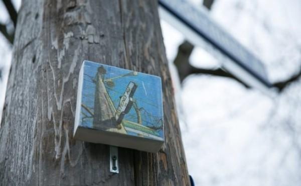 市内でアーティストのゲリラ活動 小さな絵画が街中に